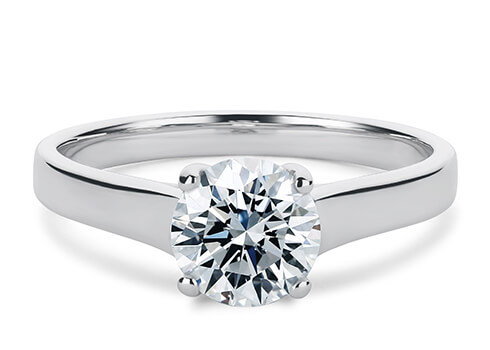 Ringbåndets bredde varierer fra 2,3mm-3,2mm i forhold til din valgte centerdiamant eller -ædelsten og spidser til i bunden af båndet.