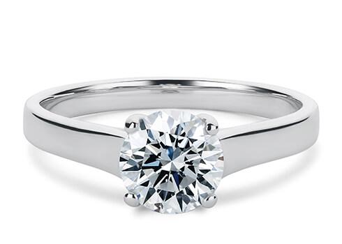 Die Ringbreite beträgt zwischen 2,3 und 3,2 mm, im Verhältnis zu dem von Ihnen gewählten zentralen Diamanten oder Edelstein, und verjüngt sich hin zur Unterseite.