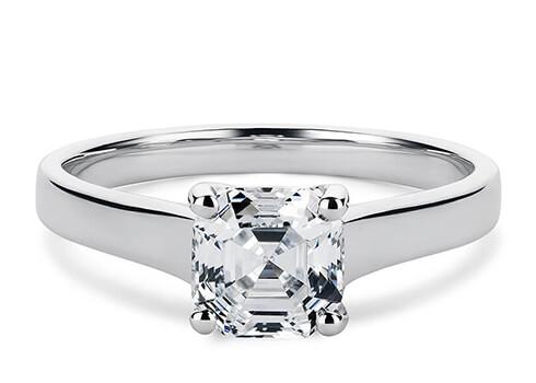 La largeur de la bague varie de 2,3 mm à 3,2 mm, en fonction de la taille du diamant ou de la pierre précieuse centrale que vous avez choisi(e), et diminue vers la partie inférieure de la bague.